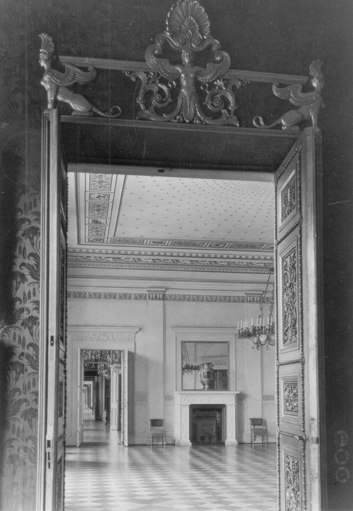 Supraporte des Speisezimmers mit Blick in den Sternsaal, um 1930. Quelle: Landesarchiv Berlin, Fotograf: Martin Hürlimann