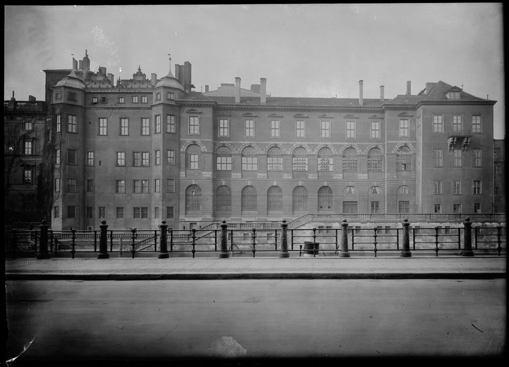 Der Spreeflügel des Berliner Schlosses mit der dreigeschossigen Verbindungsgalerie. Im erstem Stock befand sich ein Teil der Räume der Hausbibliothek. Quelle: SPSG