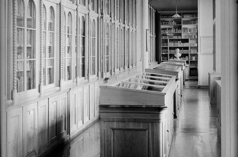 Die Hausbibliothek mit den Büchern Friedrich Wilhelms IV. im ersten Stock der Verbindungsgalerie. Quelle: SPSG