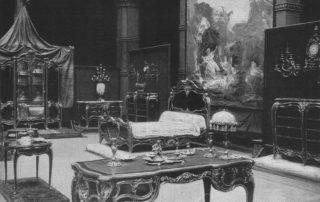 Das Berliner Schloss auf Reisen – Möbel aus der Mecklenburgischen Wohnung, die Wilhelm II. auf der Pariser Weltausstellung 1900 hatte präsentieren lassen, wurden 1901 auch in einer Sonderausstellung im Berliner Kunstgewerbemuseum prachtvoll als Spitzenleistungen des einheimischen Kunsthandwerks inszeniert