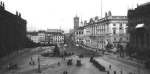 Der Schlossplatz mit Neptunbrunnen um 1900